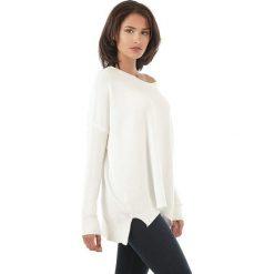 Sweter w kolorze białym. Białe swetry klasyczne damskie marki L'étoile du cachemire, z kaszmiru. W wyprzedaży za 129,95 zł.