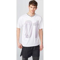 T-shirt z nadrukiem - Biały. Niebieskie t-shirty męskie z nadrukiem marki Reserved. Za 49,99 zł.