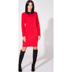 Czerwona Sukienka z Dołączonym Kołnierzykiem. Czerwone długie sukienki Molly.pl, l, z materiału, eleganckie, z długim rękawem, dopasowane. Za 139,90 zł.