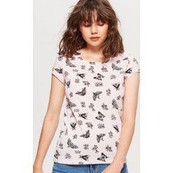 Koszulka z nadrukiem all over - Różowy. Czerwone t-shirty damskie marki Cropp, l, z nadrukiem. Za 24,99 zł.