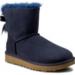 Buty UGG - W Mini Bailey Bow II 1016501 W/Navy. Szare buty zimowe damskie marki Ugg, z materiału, z okrągłym noskiem. W wyprzedaży za 539,00 zł.