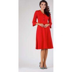 Czerwona Wizytowa Sukienka na Guziki z Rozkloszowanym Rękawem. Czerwone sukienki koktajlowe marki Molly.pl, do pracy, l, z dekoltem w serek, midi, dopasowane. W wyprzedaży za 139,41 zł.