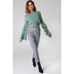 Swetry damskie: NA-KD Dzianinowy sweter z rękawem z falbanami - Green