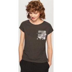 T-shirt z ozdobną kieszonką - Szary. Białe t-shirty damskie marki Reserved, l, z dzianiny. Za 29,99 zł.