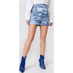 NA-KD Party Satynowe szorty z wysokim stanem - Blue. Niebieskie szorty damskie marki NA-KD Party, z materiału, z podwyższonym stanem. W wyprzedaży za 48,59 zł.