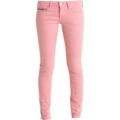 Tommy Jeans LOW RISE SKINNY SOPHIE Jeans Skinny Fit blush. Czerwone jeansy damskie marki Tommy Jeans, z bawełny. W wyprzedaży za 389,35 zł.
