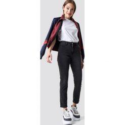 NA-KD Trend Jeansy z klasycznym wykończeniem - Grey. Białe spodnie z wysokim stanem marki NA-KD Trend, z nadrukiem, z jersey, z okrągłym kołnierzem. Za 161,95 zł.