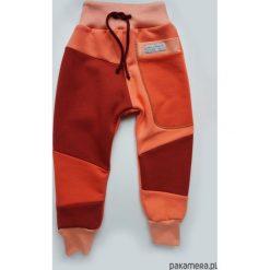 PATCH PANTS spodnie 74 - 98 cm brzoskwinia. Czerwone spodnie chłopięce marki Pakamera, z dzianiny. Za 89,00 zł.