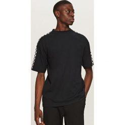 T-shirty męskie: T-shirt z nadrukiem w szachownicę – Czarny