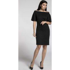 Czarna Ołówkowa Sukienka przed Kolano z Dekoltem Carmen. Czarne sukienki na imprezę marki Molly.pl, l, z kołnierzem typu carmen, ołówkowe. W wyprzedaży za 102,21 zł.