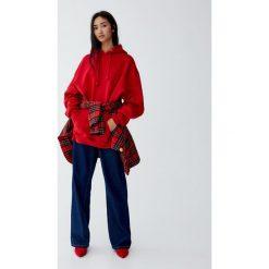 Luźna bluza z kapturem. Czerwone bluzy z kapturem damskie Pull&Bear. Za 89,90 zł.