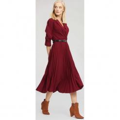 Bordowa Sukienka Overtones. Czerwone sukienki marki other, uniwersalny, midi. Za 109,99 zł.