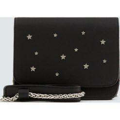 Czarna torebka na ramię z gwiazdkami. Czarne torebki klasyczne damskie Pull&Bear. Za 69,90 zł.