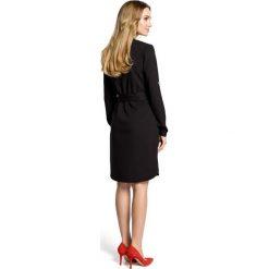 LUISA Sukienka koszulowa z paskiem - czarna. Czarne sukienki z falbanami Moe, z koszulowym kołnierzykiem, koszulowe. Za 159,90 zł.