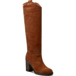 Kozaki KAZAR - Gulia 27297-02-02 Brązowy. Brązowe buty zimowe damskie marki Kazar, ze skóry, przed kolano, na wysokim obcasie. W wyprzedaży za 539,00 zł.