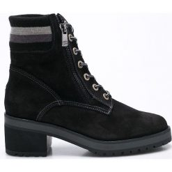 Tommy Hilfiger - Botki. Czarne buty zimowe damskie marki TOMMY HILFIGER, z materiału, z okrągłym noskiem, na obcasie. W wyprzedaży za 339,90 zł.