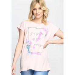 Różowy T-shirt Fashionable Trip. Czerwone bluzki damskie marki Born2be, l. Za 19,99 zł.