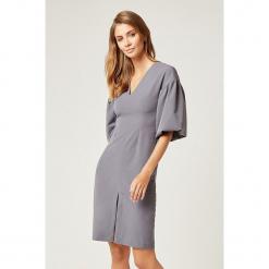Sukienka w kolorze szarym. Szare sukienki z falbanami marki SCUI, s, midi. W wyprzedaży za 169,95 zł.