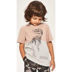 T-shirt z dinozaurem - Jasny szar. Szare t-shirty chłopięce marki Reserved, m. W wyprzedaży za 24,99 zł.