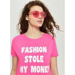 Bawełniany t-shirt z nadrukiem - Różowy. Czerwone t-shirty damskie marki Sinsay, l, z nadrukiem. Za 24,99 zł.