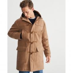 Krótki płaszcz z kapturem - Beżowy. Brązowe płaszcze na zamek męskie marki Cropp, na zimę, l, sportowe. Za 399,99 zł.