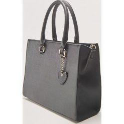 Duża torba tote z brelokiem - Czarny. Czarne torebki klasyczne damskie marki House, duże, z breloczkiem. Za 79,99 zł.