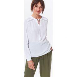 BLUZKA DŁUGI RĘKAW DAMSKA Z KORONKOWĄ APLIKACJĄ. Szare bluzki asymetryczne Top Secret, z aplikacjami, z koronki, z koszulowym kołnierzykiem, z długim rękawem. Za 39,99 zł.