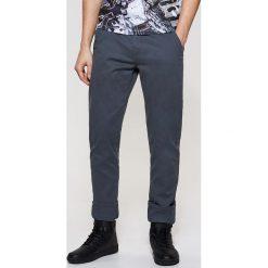 Spodnie męskie: Materiałowe spodnie chino – Szary