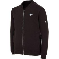 Bluza dla dużych chłopców JBLM208 - głęboka czerń. Czarne bluzy dziewczęce rozpinane marki 4F JUNIOR, z nadrukiem, z bawełny, z kapturem. Za 79,99 zł.