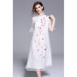 Sukienka w kolorze białym. Białe sukienki z falbanami marki Zeraco, ze stójką, midi. W wyprzedaży za 379,95 zł.
