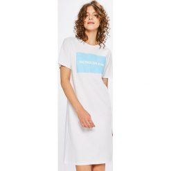 Calvin Klein Jeans - Sukienka. Szare sukienki dzianinowe marki Calvin Klein Jeans, na co dzień, m, z nadrukiem, casualowe, z okrągłym kołnierzem, z krótkim rękawem, mini. W wyprzedaży za 219,90 zł.