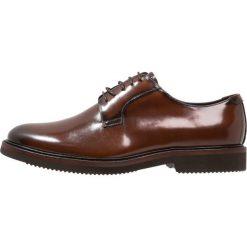 Steve Madden DRAMA Eleganckie buty tan. Brązowe buty wizytowe męskie marki Steve Madden, z materiału, na sznurówki. W wyprzedaży za 353,40 zł.