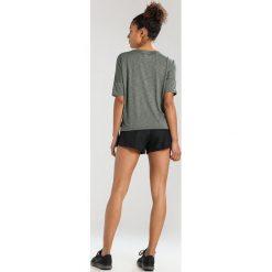 Nike Performance DRY MEDALIST Tshirt basic sequoia/clay green/reflective silver. Zielone topy sportowe damskie marki Nike Performance, m, z materiału. W wyprzedaży za 207,20 zł.