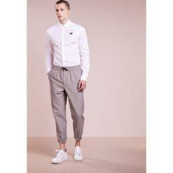 McQ Alexander McQueen HARNESS  Koszula optic white. Białe koszule męskie na spinki McQ Alexander McQueen, m, z bawełny. Za 719,00 zł.