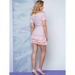 Sukienki balowe: Sukienka Lemonada zdobiona dekoltem carmen i koronkowymi falbankami różowa