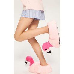 Pluszowe kapcie flamingi - Różowy. Brązowe kapcie dziewczęce marki Reserved. W wyprzedaży za 29,99 zł.
