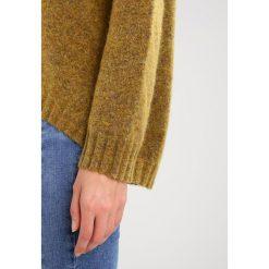 Swetry klasyczne damskie: Soaked in Luxury ISBEA Sweter mustard wood melange