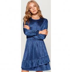 Aksamitna sukienka z falbanami - Niebieski. Niebieskie sukienki z falbanami marki Mohito, l. W wyprzedaży za 79,99 zł.