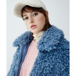 Futrzana kurtka z koszulowym kołnierzem. Niebieskie kurtki damskie marki Pull&Bear, z futra. Za 199,00 zł.