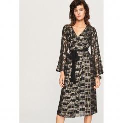 Sukienka z błyszczącym wzorem - Wielobarwn. Szare sukienki z falbanami marki Reserved. Za 229,99 zł.