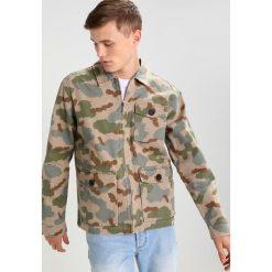 POLER FLAP Kurtka wiosenna olive. Zielone kurtki męskie bomber POLER, m, z bawełny. W wyprzedaży za 395,45 zł.
