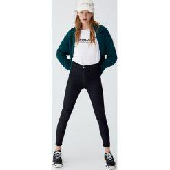 Jeansy z wysokim stanem bez kieszeni. Szare boyfriendy damskie Pull&Bear, z jeansu. Za 49,90 zł.