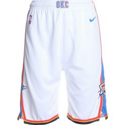 Nike Performance SWINGMAN ASSOCIATION SHORT  Krótkie spodenki sportowe white/light blue. Białe spodenki chłopięce Nike Performance, z materiału, sportowe. W wyprzedaży za 127,20 zł.