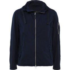 BOSS CASUAL OLVARO Kurtka wiosenna dark blue. Niebieskie kurtki męskie BOSS Casual, m, z bawełny, casualowe. W wyprzedaży za 451,60 zł.