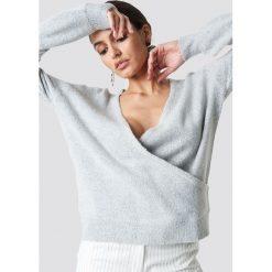 NA-KD Trend Sweter z kopertowym dekoltem - Grey. Białe swetry klasyczne damskie marki NA-KD Trend, z nadrukiem, z jersey, z okrągłym kołnierzem. Za 121,95 zł.