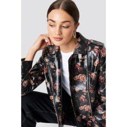 NA-KD Trend Krótka kurtka z nadrukiem w róże - Black. Białe kurtki damskie marki NA-KD Trend, z nadrukiem, z jersey, z okrągłym kołnierzem. Za 323,95 zł.