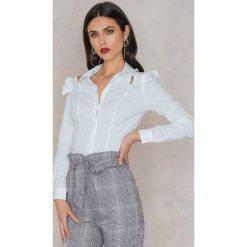 Koszule wiązane damskie: Trendyol Koszula z wycięciem i falbanką – White
