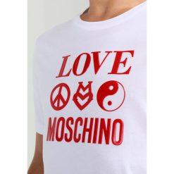 Love Moschino REGULAR LOGO TAO Tshirt z nadrukiem optical white. Białe koszulki polo marki Love Moschino, m, z nadrukiem, z bawełny. W wyprzedaży za 319,20 zł.