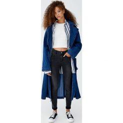 Jeansy skinny fit ze średnim stanem. Niebieskie jeansy damskie relaxed fit marki Reserved. Za 69,90 zł.