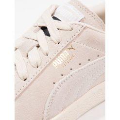Puma SUEDE CLASSIC + Tenisówki i Trampki birch/white. Białe trampki męskie Puma, z materiału. W wyprzedaży za 197,45 zł.